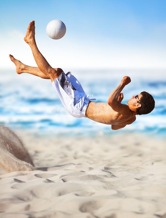Junger Mann, der Fußball spielt lizenzfreies stockbild