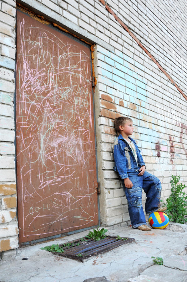 Junger Mann, der gegen Graffiti steht lizenzfreie stockfotografie