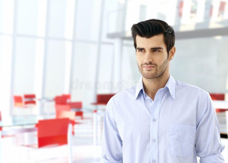 Junger Mann in der Geschäftshalle stockfotos