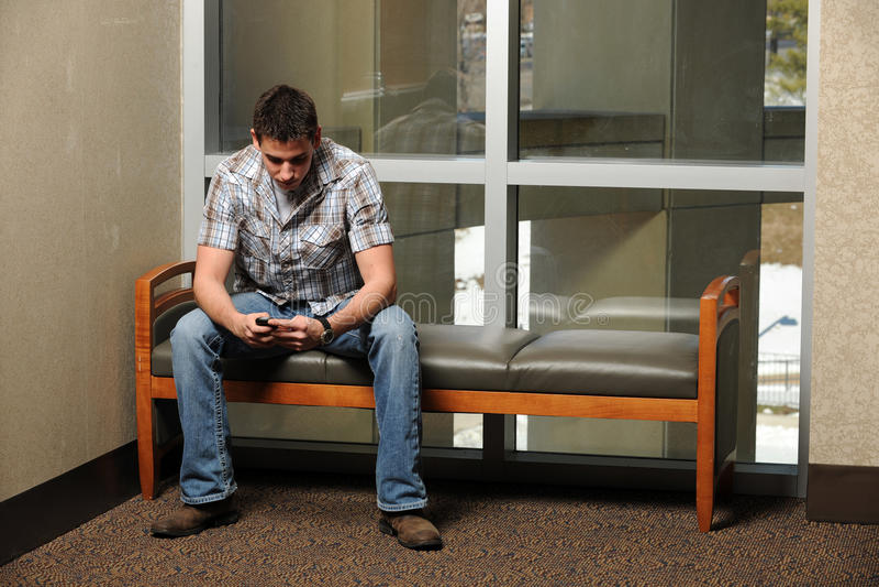 Junger Mann, der Handy verwendet lizenzfreies stockbild