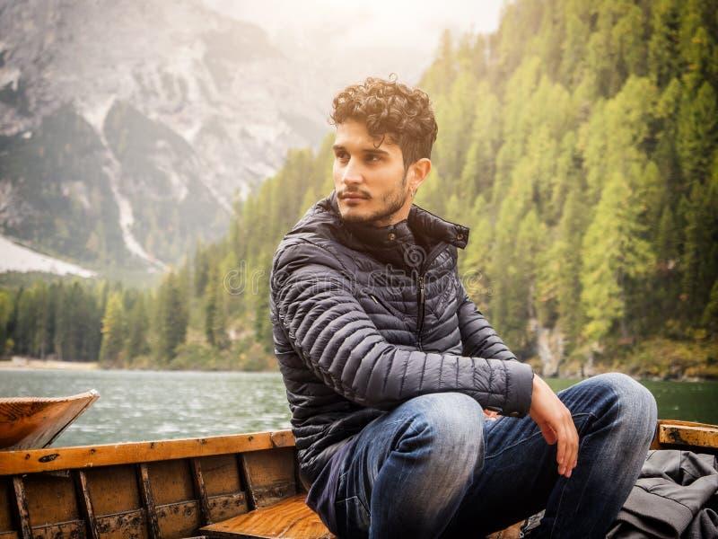Junger Mann, der im Boot sich entspannt lizenzfreies stockfoto