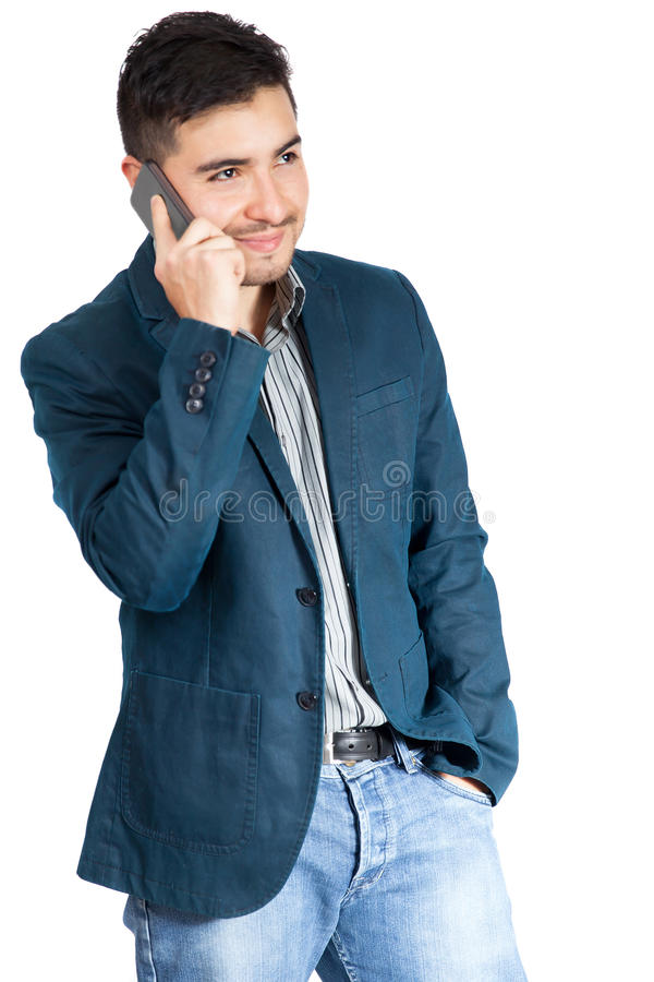 Junger Mann, der am intelligenten Telefon lächelt und spricht lizenzfreie stockfotos