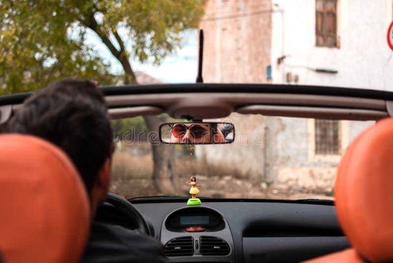 Junger Mann, der konvertierbares Auto f?hrt Fahrer, Freizeit lizenzfreies stockbild