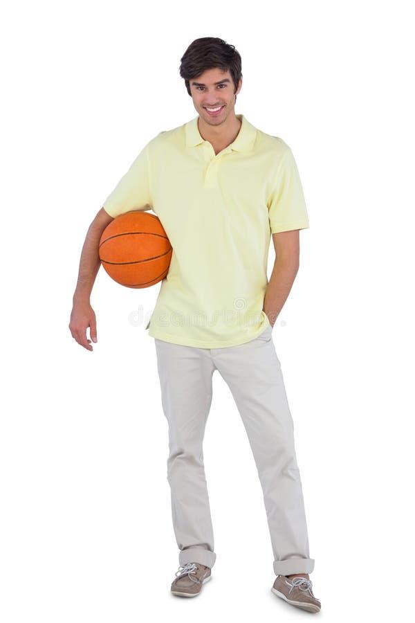 Junger Mann, der Korbball hält lizenzfreie stockbilder