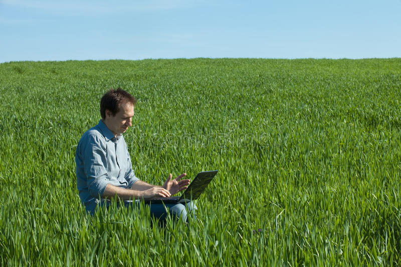 Junger Mann, der Laptop verwendet stockfotografie