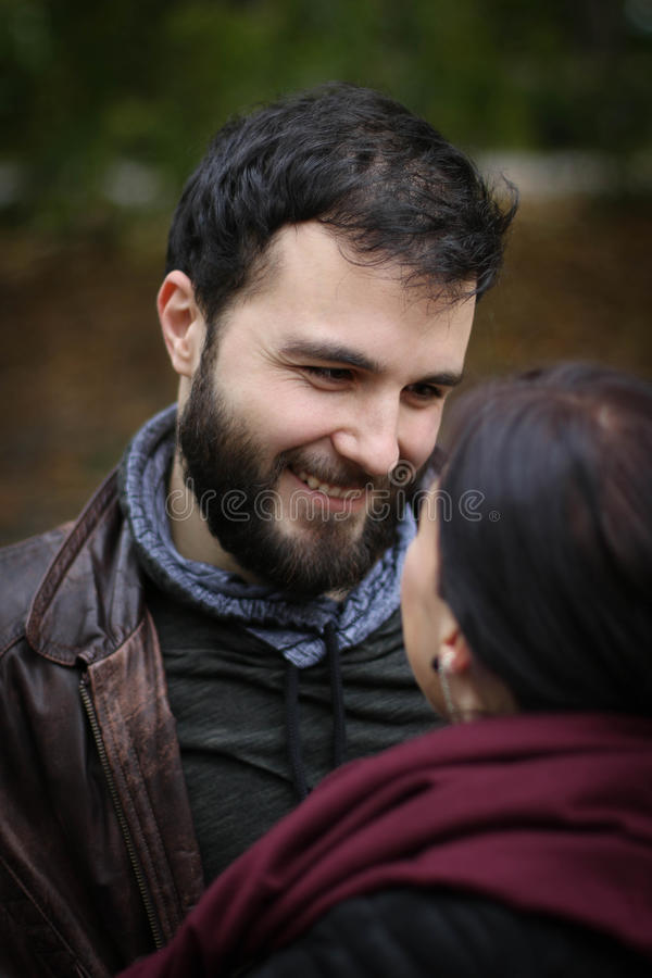 Junger Mann in der Liebe stockfoto