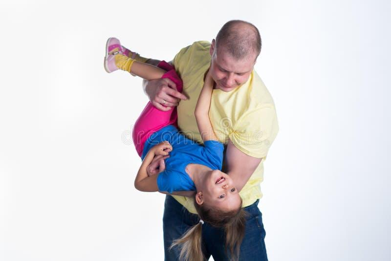 Junger Mann, der mit Baby spielt lizenzfreies stockbild