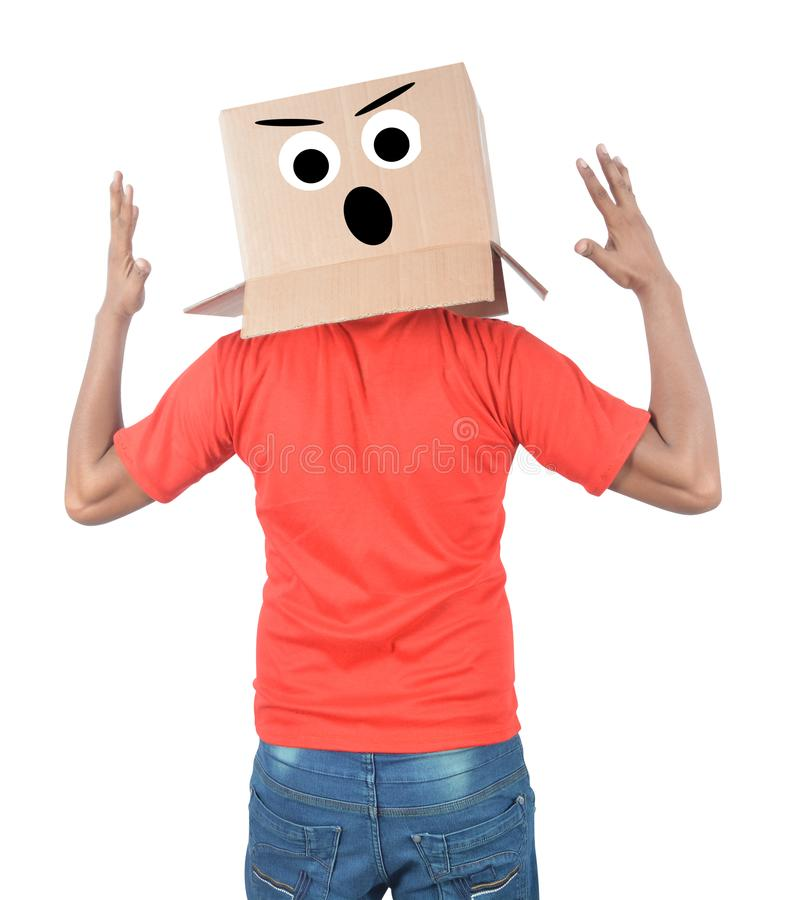Junger Mann, der mit einer Pappschachtel auf seinem Kopf mit traurigem Fa gestikuliert stockfoto