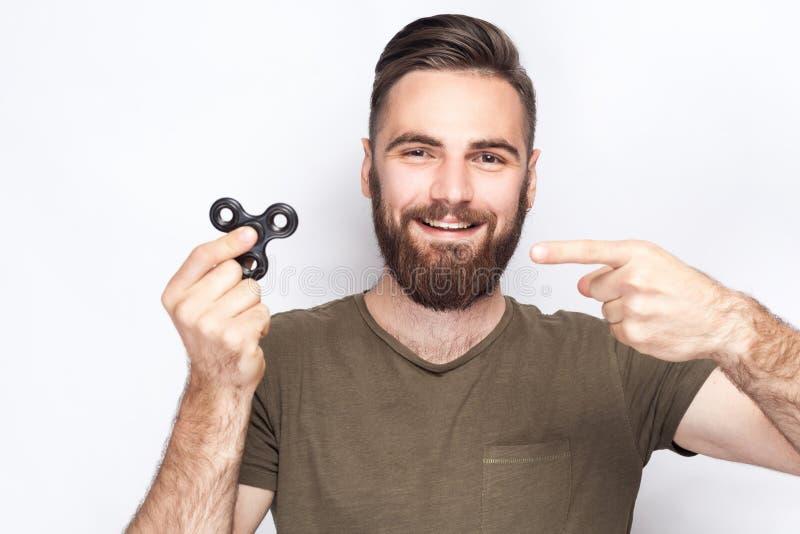 Junger Mann, der mit Unruhespinner hält und spielt lizenzfreie stockfotos