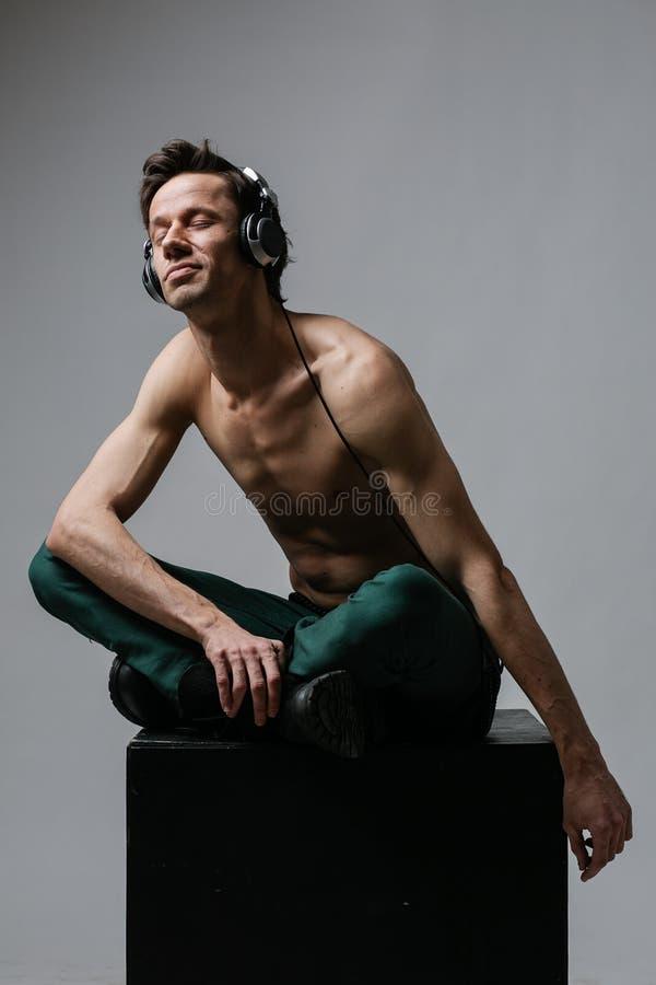Junger Mann, der mit Vergnügen Musik hört stockfoto