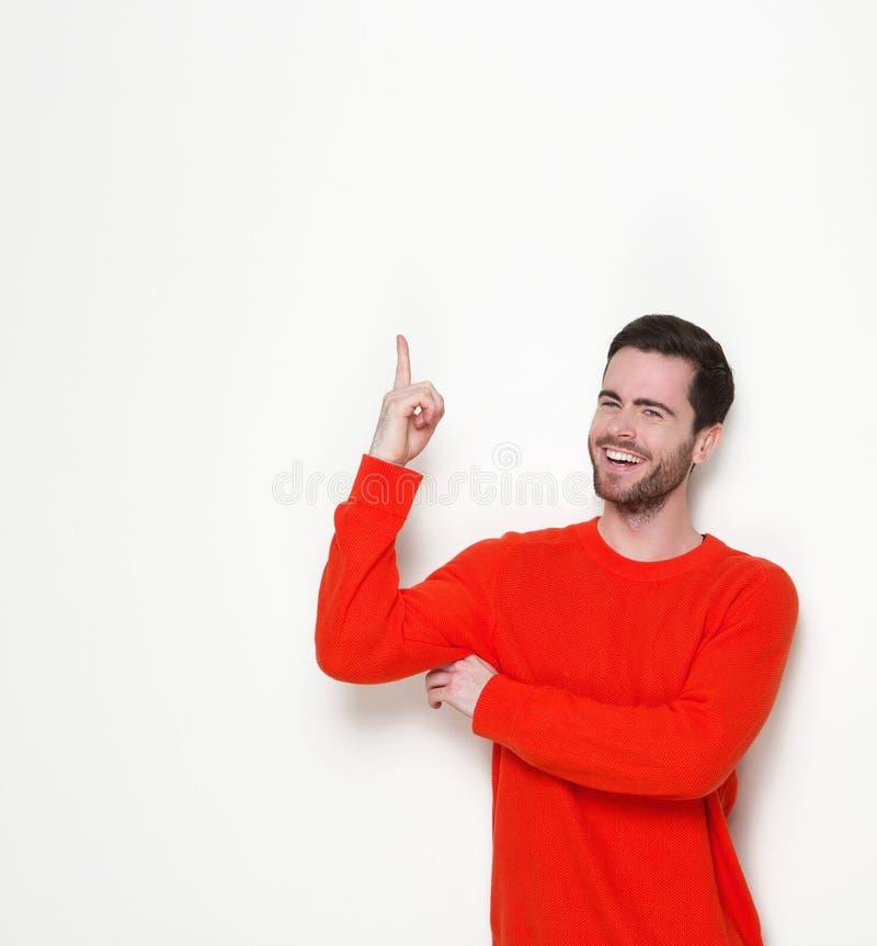 Junger Mann, der oben Finger lacht und zeigt lizenzfreie stockfotografie