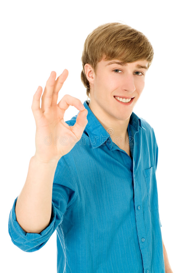 Junger Mann, der OKAYzeichen bildet stockfotos