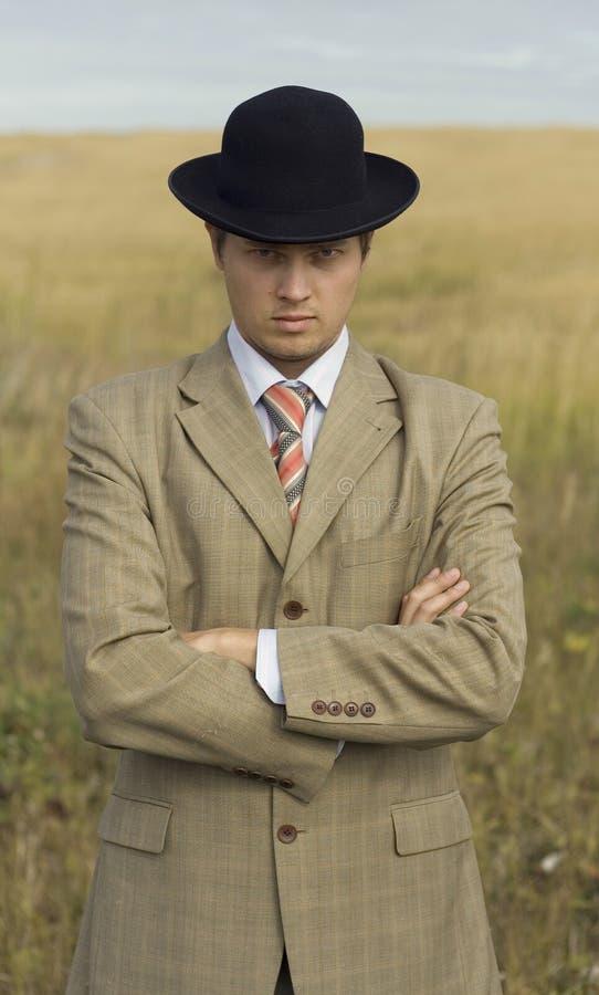 Junger Mann, der schwarzen Hut trägt vektor abbildung