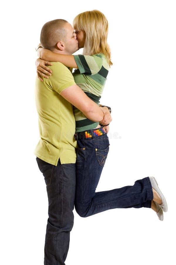 Junger Mann, der seine Freundin anhält und küßt stockbilder