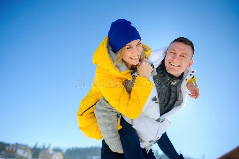 Junger Mann, der seine Freundin auf seinen Schultern hält stockfotos