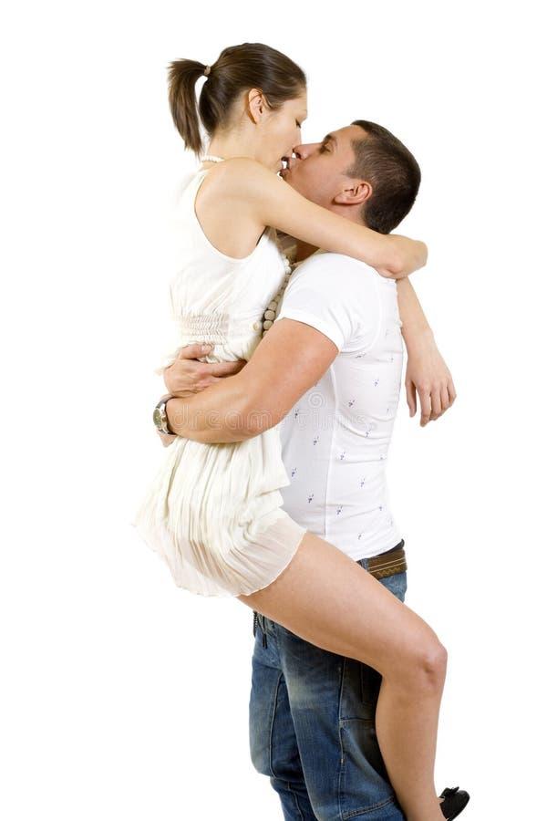 Junger Mann, der seine Freundin in der Luft anhält stockfoto