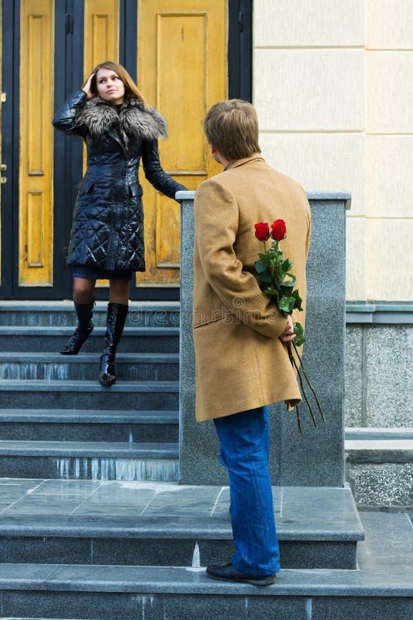 Junger Mann, der seine Freundin wartet. lizenzfreies stockfoto