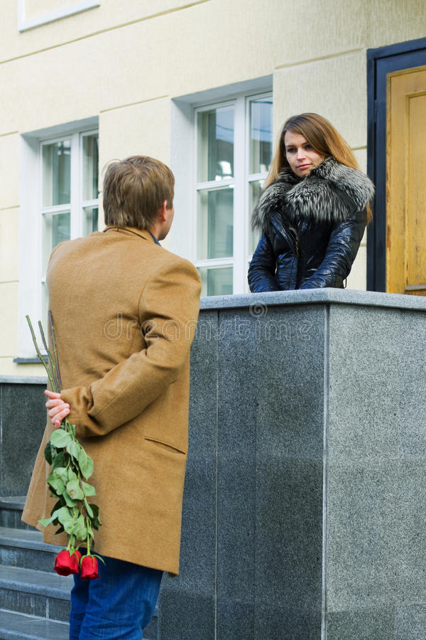 Junger Mann, der seine Freundin wartet. lizenzfreie stockfotos