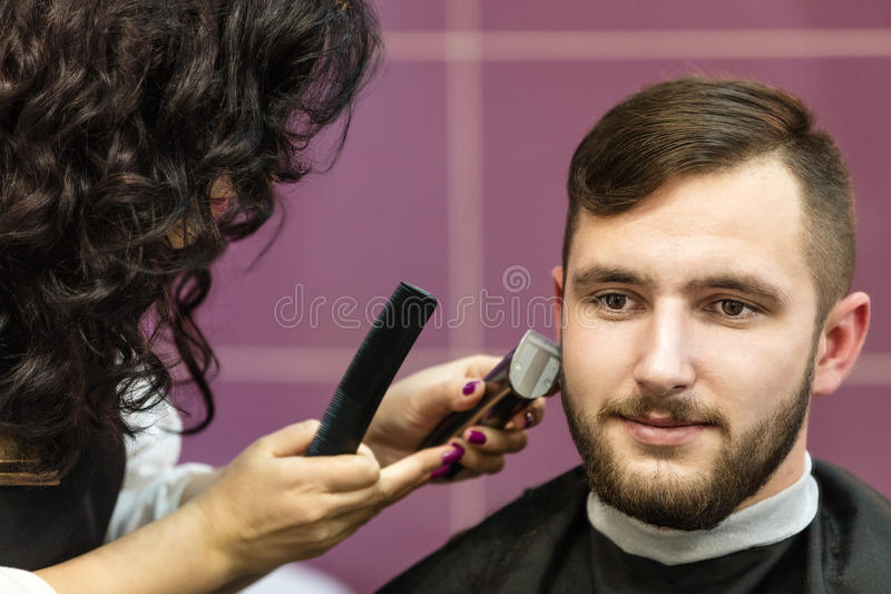 Download Junger Mann, Der Seinen Bart Sich Pflegen Lässt Stockbild - Bild: 62218631
