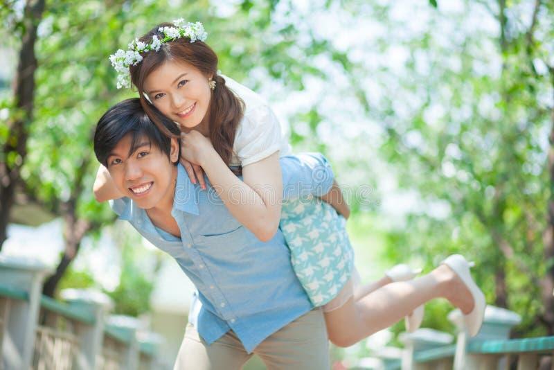 Junger Mann, der seiner Freundin ein Doppelpol gibt lizenzfreies stockbild