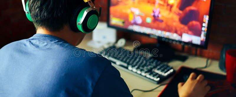 junger Mann, der Spiel auf Computer, Fahne spielt lizenzfreies stockbild