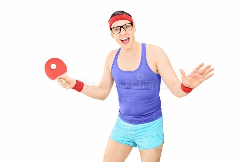 Junger Mann in der Sportkleidung, die Tischtennis spielt stockfotos