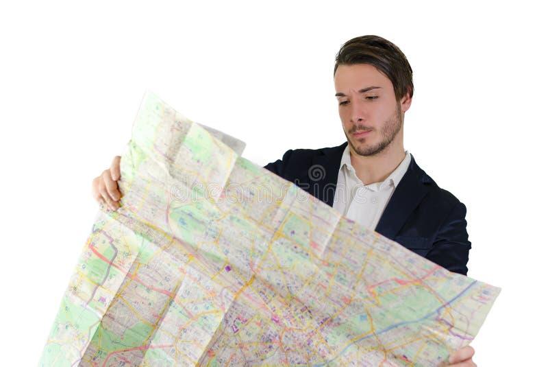 Junger Mann, der Stadtkarte, verwirrt oder verloren betrachtet lizenzfreies stockfoto