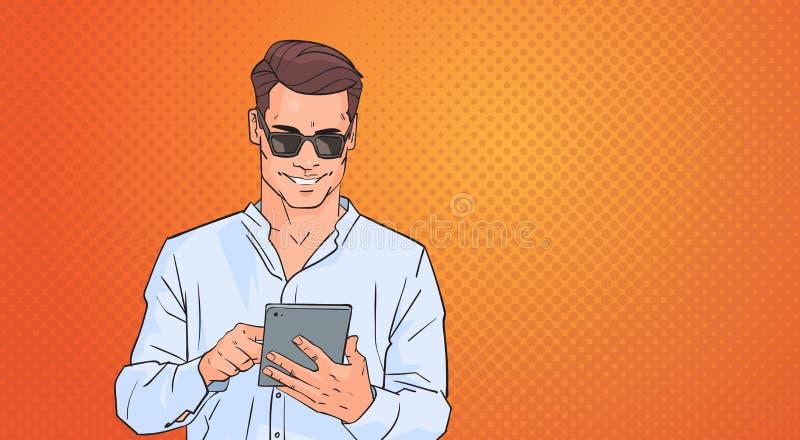 Junger Mann, der Tablet-Computer-Vernetzung online über Knall Art Colorful Retro Style Background verwendet lizenzfreie abbildung