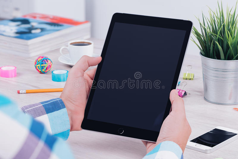 Junger Mann, der Tabletten-PC am Büroarbeitsplatz verwendet lizenzfreies stockbild
