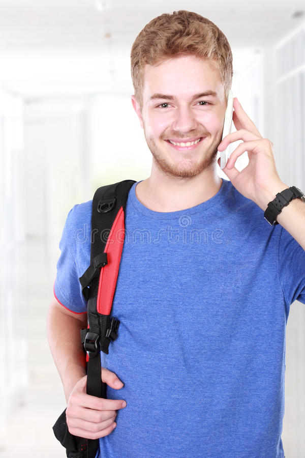 Junger Mann, der am Telefon spricht stockbild