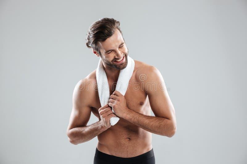 Junger Mann, der Tuch und das Lachen verwendet lizenzfreie stockbilder