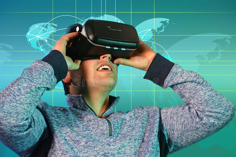 Junger Mann, der virtuelle Realität Glassess verwendet lizenzfreie stockfotos
