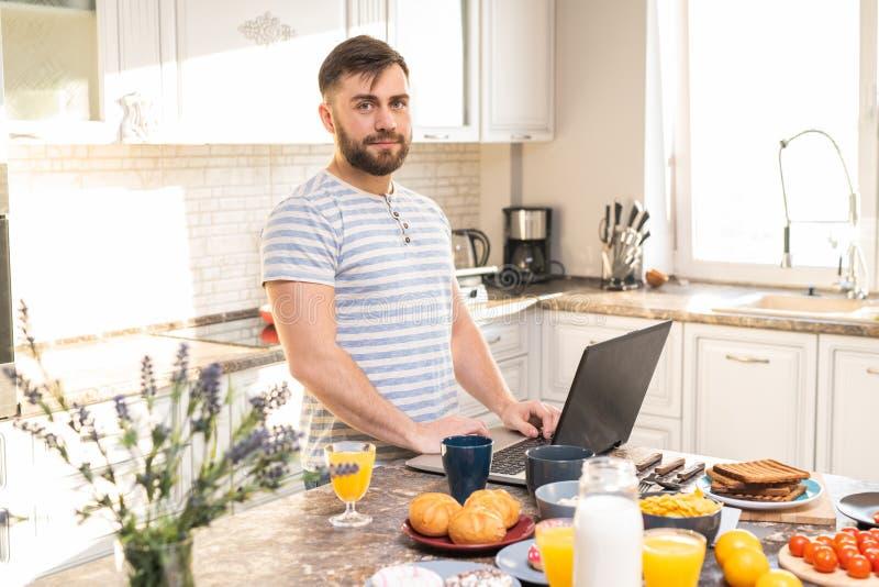 Junger Mann, der vom Haus arbeitet stockfoto