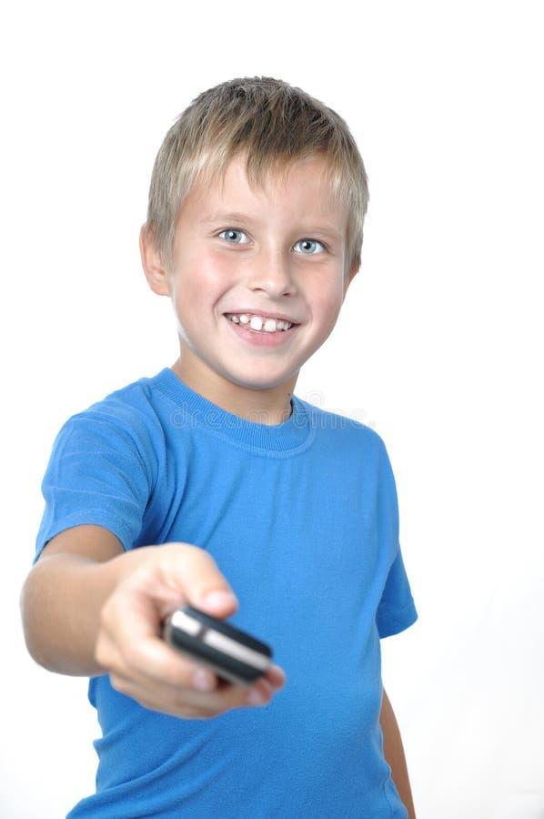 Junger Mann, der vorwärts Mobiltelefon übergibt lizenzfreie stockfotografie