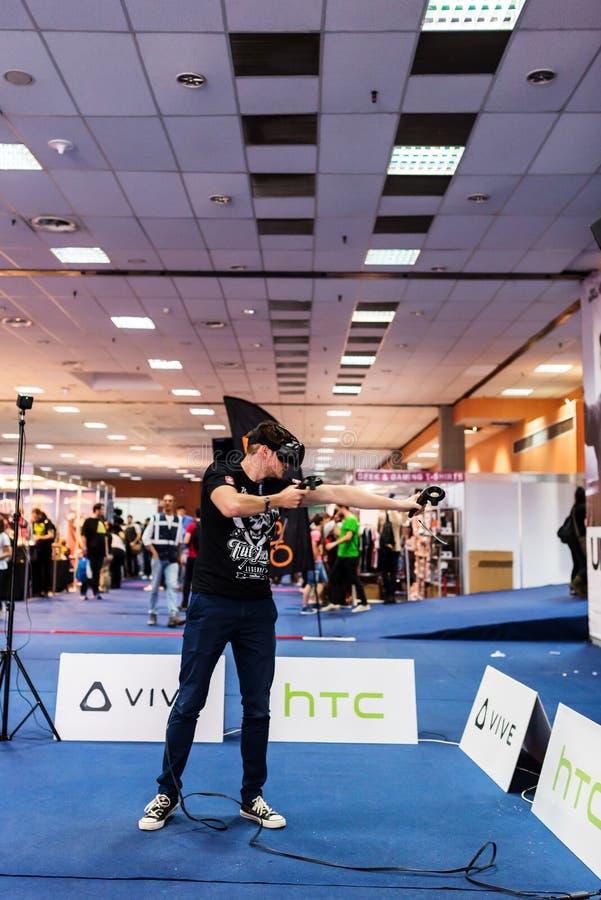 Junger Mann, der VR-Gläser verwendet, um ein Videospiel zu spielen stockfotos