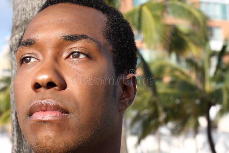 Junger Mann, der weg flüchtig blickt lizenzfreie stockfotografie
