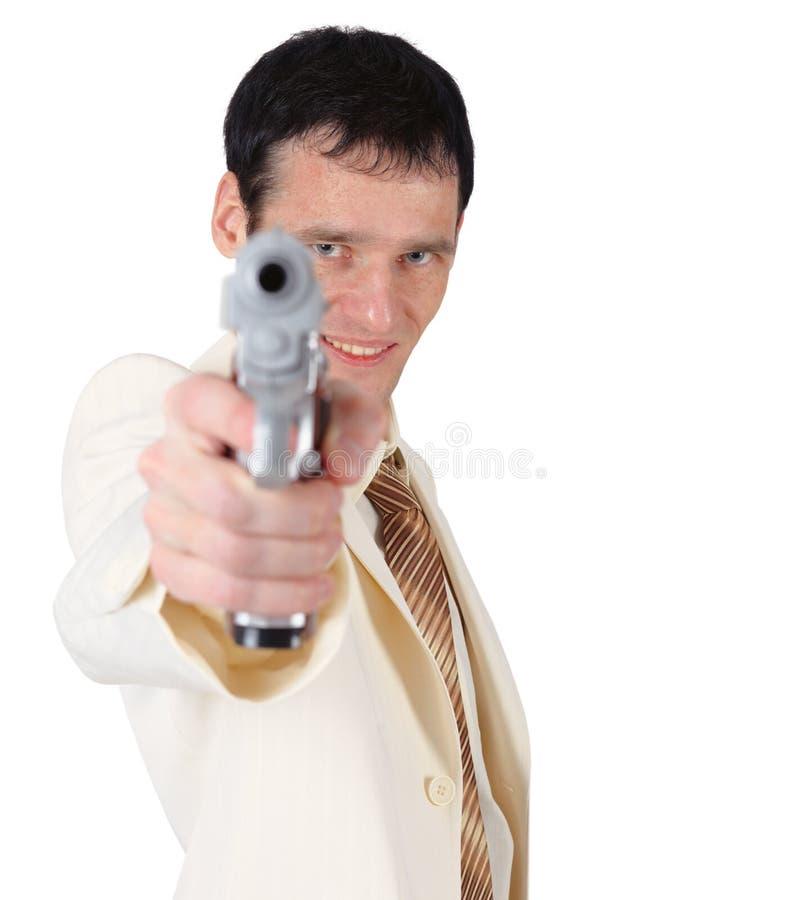 Junger Mann in der weißen Klage mit Pistole lizenzfreies stockbild