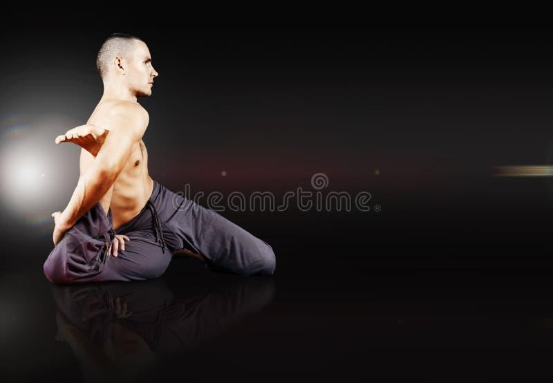 Junger Mann, der Yogaübung tut stockfotografie