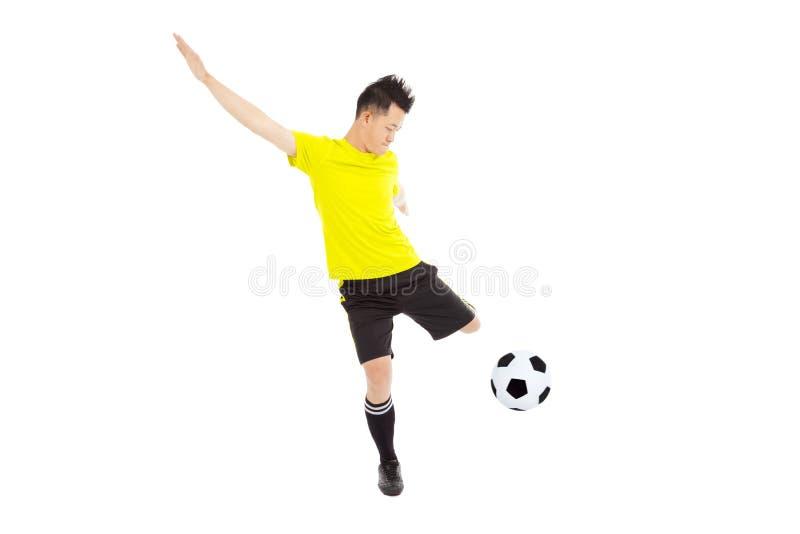 Junger Mann des Fußballfußballspielers, der Ball tritt lizenzfreie stockfotografie