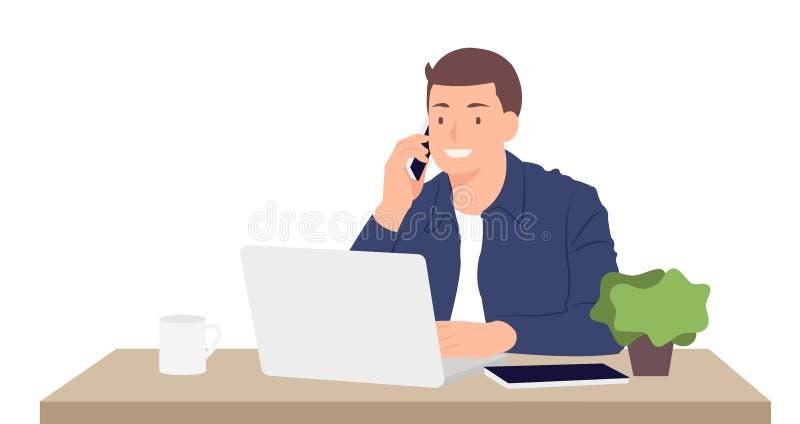 Junger Mann des Karikaturleute-Charakterentwurfs, der an Laptop arbeitet und am Handy beim Sitzen durch den Schreibtisch in spric vektor abbildung