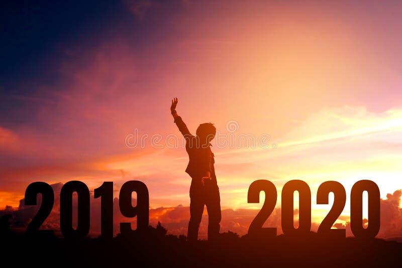 Junger Mann des Schattenbildes gl?cklich zu 2020 neuem Jahr stockfotos
