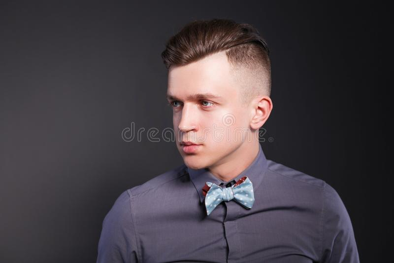 Junger Mann des Studiomodeporträts, lokalisiert auf schwarzem Hintergrund lizenzfreies stockfoto