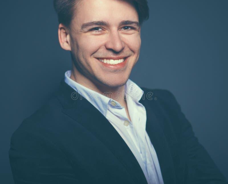 Junger Mann des Studiomodeporträts, lokalisiert auf schwarzem Hintergrund lizenzfreie stockfotografie