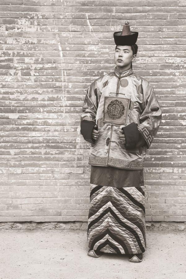 Junger Mann in einem alten mongolischen Kostüm lizenzfreies stockbild