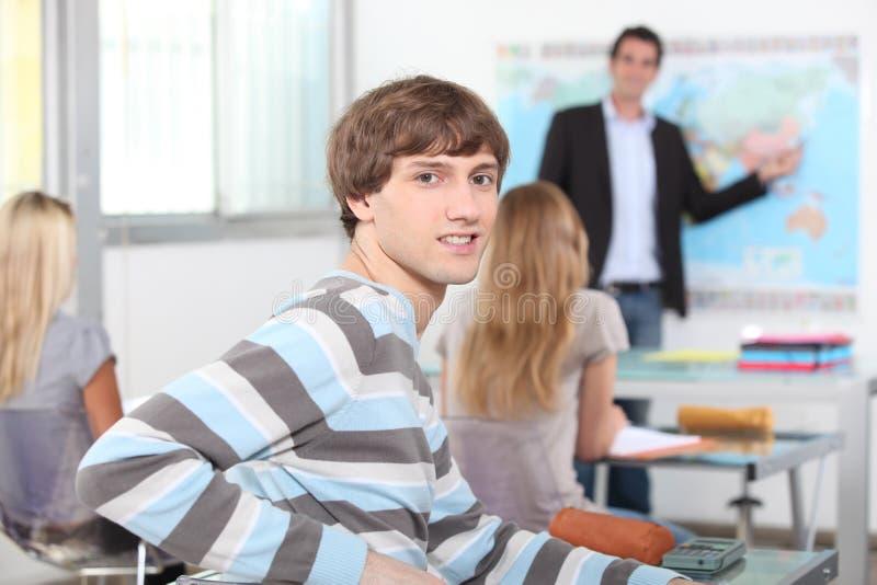 Junger Mann in einem Klassenzimmer stockfoto