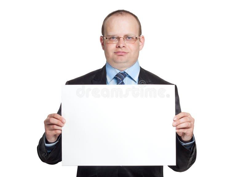 Junger Mann, der ein leeres Blatt Papier hält lizenzfreie stockfotografie