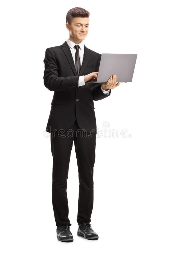 Junger Mann in einer Klagenstellung und Schreiben auf einer Laptop-Computer stockfoto