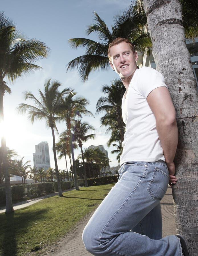 Junger Mann in einer tropischen Einstellung stockfotos