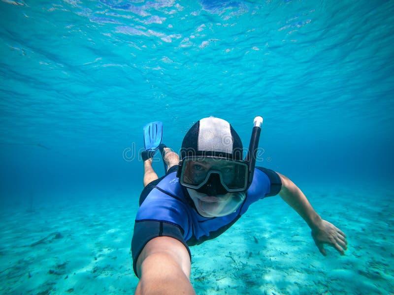Junger Mann Freediver, der unter Wasser selfie Portr?t nimmt lizenzfreie stockfotografie