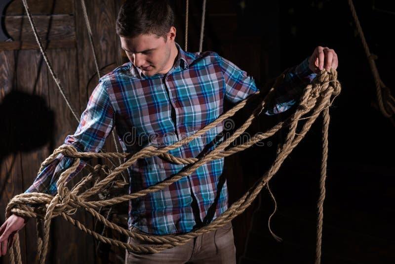 Junger Mann gab von der Gefangenschaft und vom Vorwählen von den Seilen frei stockfoto